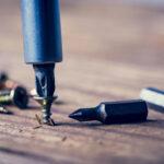 Hoe kun je een dolgedraaide schroef verwijderen?